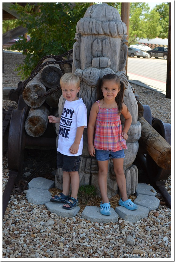 kids at statue for birthday